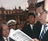 El Presidente Alan Garcia leyendo el Gran Diccionario de autores latinoamericanos de LIJ